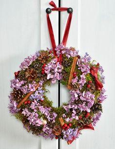 Jesienna dekoracja – wianek z hortensji i mchu: http://dailytips.pl/jesienna-dekoracja-wianek-z-hortensji-i-mchu/