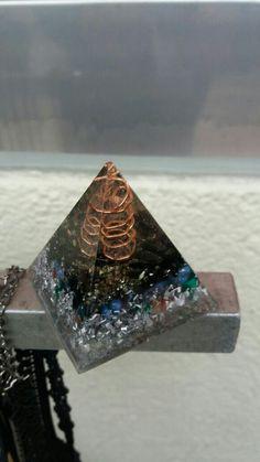 Piramide orgon von turmalina y cuarzo