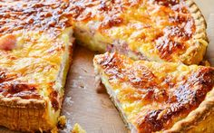 "Quiche lorraine facile et rapide. Today is ""Quiche Lorraine Day"" and the key to making the perfect quiche is to keep it simple. Dieta Fodmap, Fodmap Recipes, Dairy Free Recipes, Fodmap Foods, Bacon And Cheese Quiche, Cheddar Cheese, Fodmap Breakfast, Breakfast Quiche, Food Map"
