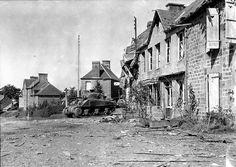 11 août 1944 : un char Sherman sur un carrefour de la commune de Perriers-en-Beauficel
