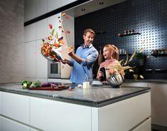 Küchen sind zum Kochen da! Deshalb muss eine Küche nicht nur schön anzusehen, sondern vor allem 𝒍𝒆𝒊𝒄𝒉𝒕 𝒛𝒖 𝒓𝒆𝒊𝒏𝒊𝒈𝒆𝒏 sein. Aus diesem Grund wurde 𝐞𝐰𝐞 𝐧𝐚𝐧𝐨𝐨® - 𝐝𝐢𝐞 𝐬𝐮𝐩𝐞𝐫𝐦𝐚𝐭𝐭𝐞 𝐊ü𝐜𝐡𝐞𝐧𝐨𝐛𝐞𝐫𝐟𝐥ä𝐜𝐡𝐞 𝐦𝐢𝐭 𝐀𝐛𝐩𝐞𝐫𝐥𝐞𝐟𝐟𝐞𝐤𝐭 entwickelt. Sogar ölige Verschmutzungen perlen einfach ab und sind mit einem einzigen Wisch beseitigt. Da macht Kochen gleich viel mehr Spaß! 𝐞𝐰𝐞 𝐧𝐚𝐧𝐨𝐨® ist in sechs edlen Farbtönen erhältlich. Küchen Design, Contemporary Kitchens, Cleaning, Beads