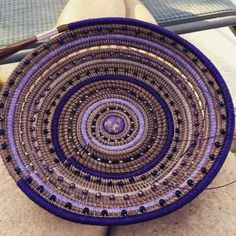 Swedish Weaving Patterns, Basket Weaving Patterns, Pine Needle Baskets, Woven Baskets, Diy Knitting Needles, Pine Needle Crafts, Palm Frond Art, Native American Baskets, Basket Crafts