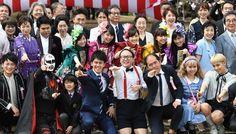桜を見る会に参加し、ももいろクローバーZ(中央列)のメンバーらと記念写真に納まる黄川田将也さん(左)、鉄拳さん(左から2人目)、武井壮さん(中央)、トレンディエンジェルのたかしさん(同右)、斎藤司さん(右から3人目)、りゅうちぇるさん(右)とぺこさん(右から2人目)=東京都新宿区の新宿御苑で2017年4月15日午前9時49分、竹内紀臣撮影