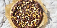 Vegaaninen suklaakakku kesäkurpitsatwistillä – katso ihana resepti! Kuva: Lilli Munck #resepti #recipe #suklaakakku #vegan #vegaaninen #kesäkurpitsa #kesäkurpitsatalkoot Pie, Desserts, Food, Torte, Tailgate Desserts, Cake, Deserts, Fruit Cakes, Essen