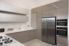ספינת הדגל | מגזין רגבה Kitchen Room Design, New Kitchen Designs, Kitchen Cabinet Design, Kitchen Decor, Ikea Kitchen Cabinets, Kitchen Units, Kitchen Island With Cooktop, Beige Kitchen, Kitchen Containers