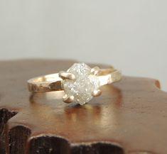 Anillo de compromiso de diamante sin cortar y oro.