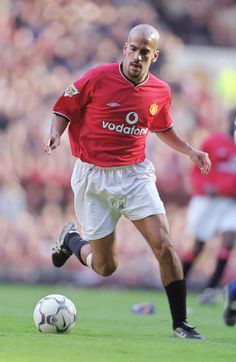 Watch a video of Manchester United beating Everton at Old Trafford on 8 September when Laurent Blanc made his Reds debut and Juan Sebastian Veron scored his first goal for the club. Man Utd Crest, Official Manchester United Website, Man Utd News, Premier League Champions, European Cup, Manchester United Football, Old Trafford, Europa League, Everton