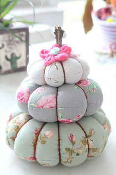 PUMPKIN TRIO PINCUSHION SEWING TUTORIAL - Make yourself an adorable pincushion with this quick pumpkin pincushion tutorial! This pumpkin stack would also make a great home decor for fall.