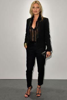 Kate Moss en blouse et veste de smoking Saint Laurent par Hedi Slimane de la collection automne-hiver 2013-2014 à l'ouverture la boutique Stuart Weitzman à Milan, le jeudi 19 septembre 2013