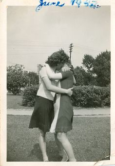 Vintage LGBT – Adorable Photographs of Lesbian Couples in the Past That Make You Always Believe in Love Lesbian Love, Vintage Lesbian, Vintage Couples, Vintage Kiss, Vintage Love, Lgbt History, Women In History, Vintage Photographs, Vintage Photos