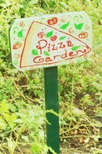 Squidoo on how to plant a pizza garden. Love the sign