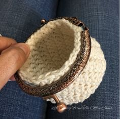Crochet Change Purse *Free Pattern* - Life Away From The Office Chair Crochet Change Purse, Crochet Coin Purse, Crochet Purse Patterns, Crochet Pouch, Crochet Purses, Diy Crochet, Crochet Bags, Coin Purse Pattern, Coin Purse Tutorial