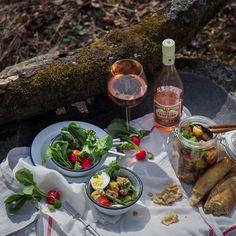 Nizzansalaatti purkkiin ja rosé kainaloon - piknikkausi on korkattu! Kohta ei tarvita enää lapasia ja pipoakaan, jos hyvin käy.