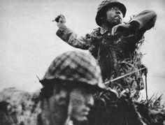 Un soldado japonés se dispone a arrojar una granada Tipo 91, batalla de Guadalcanal, septiembre de 1942