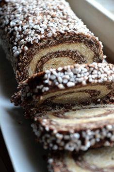 Chokladbollsrulltårta Raw Food Recipes, Sweet Recipes, Cooking Recipes, Gluten Free Desserts, No Bake Desserts, Delicious Chocolate, Chocolate Recipes, Vegan Sweets, Creative Food