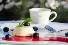 Panna cotta med bringebærsaus og blåbær Dessert Recipes, Desserts, Panna Cotta, Ethnic Recipes, Food, Caramel, Postres, Dulce De Leche, Eten