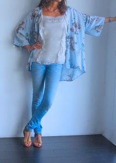 Kimono azul con estampado de flores y top de seda beige y sandalias de ante en www.ch2online.com