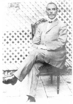 Descendant de Louis Lefébure de Laraque, procureur honoraire du roi de France à Jérémie et de Philippe Laraque, sénateur de la République, Sylla Laraque voit le jour en 1850 à Jérémie en Haïti.  À l'âge de 13 ans, il travaille chez un exportateur de café qui lui aurait légué son affaire. À 19 ans, cet entrepreneur né fonde la maison de commerce «S. Laraque et Cie» au Cap-Haïtien. Il constitue une fortune importante dans le commerce. En 1884 il quitte Haïti pour la France en mars 1885.