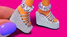 10 DIY Barbie Hacks: Mini Curlers Soap Bubbles Shoes Cap and more! Sewing Barbie Clothes, Barbie Sewing Patterns, Barbie Dolls Diy, Crochet Doll Clothes, Diy Doll, Girl Dolls, Doll Shoe Patterns, Ag Dolls, Barbie Outfits