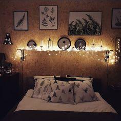 Wieczorne czary-mary ✨✨✨✨✨ Dobrej nocy... #wieczór #wdomu #sypialnia #światełka #łóżko #poduszki #cottonbadger #plakaty #paprocie #paproć #print #margohupert #osb #osbwall #bedroom #myhome #evening #goodnight