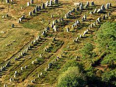 Carnac : Les menhirs plus anciens que les pyramides! Il y a près de 450 000 ans, des Homo Erectus taillent leurs premiers galets en Armorique. Après le passage de quelques chasseurs-cueilleurs, les traces d'occupation humaine se multiplient vers 5 000 av. J.-C., quand les populations se sédentarisent. Elles érigent alors les spectaculaires monuments mégalithiques. Toujours présents, menhirs et dolmens battent les pyramides égyptiennes de 2 500 ans !
