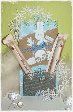 """Weihnachtstag mit kleiner Box http://billes-bastelblog.blogspot.de/2014/11/tag-mit-kleiner-box-fur-zwei.html 6002/2041 Stanz- und Prägeschablone """"Christmas"""" 6002/2022 Stanz- und Prägeschablone """"Winter Wishes"""" 6002/0047 Stanz- und Prägeschablone """"Schneemann"""" 6300/0340 Band """"Forest Friend Collection"""" 8011/0552 Motivpapier 8089/0206 Kraft paper 6300/0504 Kordel """"decoration"""" 6020/0008 Decorative Pearls 6200/0205 Decorative Chalks  Viele Bastelgrüße Bille"""