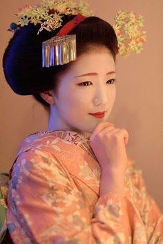 Maiko Katsuna 舞妓勝奈 紅葉と横顔 : ちょっとそこまで