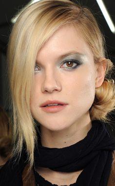 Como hacer peinados a un lado: moño naïf de Chanel | Galería de fotos 1 de 10 | Vogue