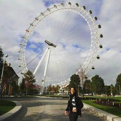 A London Eye também conhecida como Millennium Wheel (Roda do Milênio) é uma roda-gigante de observação. Situada na cidade de Londres na Inglaterra foi inaugurada no ano de 2000 e é um dos pontos turísticos mais disputados da cidade. Mesmo com todo medo de altura valeu muito a pena dar uma volta e ver Londres de cima!  #viajarcorrendo #thefabulousproject #london #londoneye #londres #inglaterra #rodagigante #viagem #trip #travel #instatravel #travelgram #travelblogger #instabloggers…