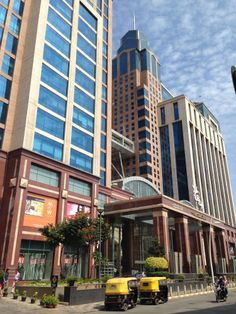 Medje in India: Many of my Interviewees want to meet me in 5-Star-Malls or very posh Cafés in gated communities. Meeting them there feels like entering a parallel world in which poverty doesn't matter anymore. This for example is UB City Mall in Bangalore.