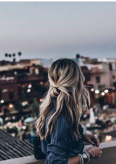 ideeen Trendfrisuren Joe, akkurater Mittelscheitel oder This particular language Reduce Perish Frisurentrends 2020 Bun Hairstyles, Pretty Hairstyles, Casual Hairstyles For Long Hair, Winter Hairstyles, Trendy Hair, Long Messy Hair, Teenage Hairstyles, Hairstyles Pictures, Modern Hairstyles