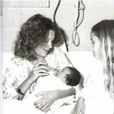 12 Νοεμβρίου 1978 Η Ζωή Λάσκαρη έχει γεννήσει στην κλινική Ήρα και ταΐζει τη Μαρία - Ελένη Λυκουρέζου. Λίγες ώρες αργότερα η Μάρθα συνάντησε την αδερφή της.