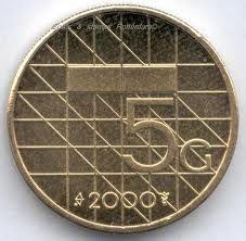 en ja, ook een vijfje als munt. Iets dikker en zwaarder dan de gulden, ook anders van kleur, maar soms toch verwarrend.