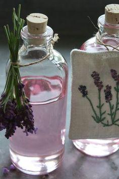 Auch aus Lavendel kann man köstlichen Sirup machen ( dann ist aber endlich Schluss mit den Sirup Rezepten). Ein Schuss in den Sekt oder in den Kuchenteig, seeeeeehr lecker!