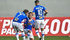 Rafinha, Sobis e Willian comemoram gol contra o Coritiba  (Foto: Pedro…