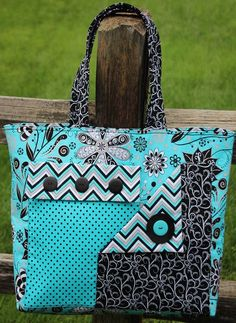 Diy tote bag new pockets a plenty tote pattern free patch pockets video tutorial of diy Sacs Tote Bags, Quilted Tote Bags, Diy Tote Bag, Patchwork Bags, Fabric Purses, Fabric Bags, Fabric Basket, Bag Quilt, Craft Bags