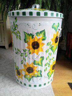 Hand Painted 20 Gallon Galvanized Trash Garbage Cans - Trash Cans - Ideas of Trash Cans Painted Trash Cans, Paint Cans, Painted Jars, Outdoor Trash Cans, Painted Mailboxes, Sunflower Kitchen Decor, Kitchen Trash Cans, Decoupage, Trash Art