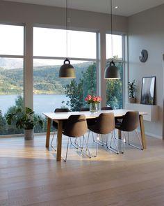 Kvardag, kveld, serie og sofa ilag med ektemannen 😍👌🏼 Imorgon går turen til Balestrand på fagdagar 🤓 . . . . . . . . . . . #diningroom #dream_interiors #norgesmestinspirerende17 @abito.no #ukensprofil @hanneromhavaas #decorando #decorar #ilovemyinterior #homedecor #passion4interior #inspire_me_home_decor #interior4inspo #bobedredk #boligdrøm #boligpluss #vakrehjemoginterior #nordichome #immyandindi #interior123 #instainterior #wohnen #finahem