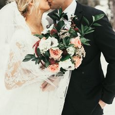 wedding photo: bouquet in focus