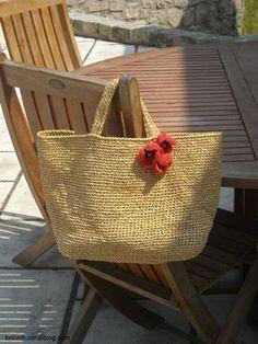 Aujourd'hui, je vous montre un sac très estival, on pourrait lui donner le nom de: coquelicots dans un champ de blé.  ...