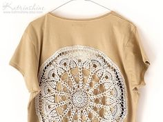 Ecru beige t-shirt with upcycled vintage crochet by katrinshine