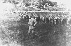 Lussu alla testa delle sue truppe durante la prima guerra mondiale «... ancora oggi, sogno i nostri soldati, sul Carso, in piedi, diritti, attaccati agli alti fili spinati -- infissi a terra sul cemento e sostenuti da spranghe di ferro -- rimasti lì, cadaveri...»