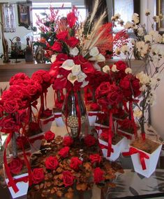 Kit sonho Di Vittoria I                                                       … Arte Floral, Topiary, Tablescapes, Christmas Wreaths, Valentines, Table Decorations, Holiday Decor, Party, Diy