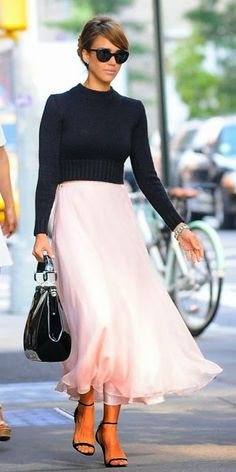 Jessica Alba Style & Outfits Ralph Lauren Collection Sweater and Pink Skirt Look For Less Look Fashion, Autumn Fashion, Girl Fashion, Fashion Story, 90s Fashion, Womens Fashion, Vintage Fashion, Fashion Outfits, Jessica Alba Style