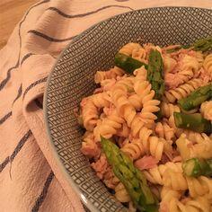 Cremiger Thunfisch-Spargel-Salat ist eine super Mahlzeit für alle die gerne grünen Spargel essen und natürlich viel Wert darauf legen sich gesund zu ernähren. Die Saison für grünen Spargel beginnt imApril und endet im Juli. Ich habe hier (Mitte März) allerdings schon den ersten grünen Spargel entdeckt und musste natürlich gleich zugreifen. Aufgrund des leider ziemlich […] American Pancakes, Low Carb Protein, Guacamole, Pasta Salad, Ethnic Recipes, Fitness, Food, Lettuce Recipes, Salads