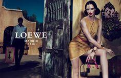 Loewe, marque espagnole de luxe crée en en 1846 lorsque Heinrich (devenu Enrique) Roessberg Loewe, un artisan allemand, établit son atelier de pelleterie au centre-ville de Madrid.