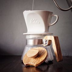BEAUTIFUL photo by @calibrecoffeeroasters with #Kalita 102 Hasami dripper and #Hario olive wood server. Check these guys out   Tag us your #coffeeinlife