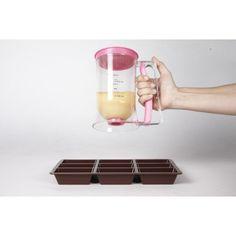 Verseur à pâte en polypropylène, cont. 900 ml, poignée ergonomique, bol gradué. <br>Système à piston : remplissage facile et propre de vos moules à pâtisserie, verrines, poêles à crêpe et pancake.