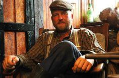 De excentrieke boer Frans Zwaagstra, oftewel Frans 'Anders' uit Zwaagwesteinde leeft nog steeds volgens de ouderwetse levenswijze.