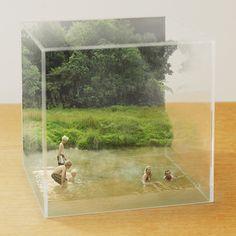 小林キユウさんの作品「SHOWCASE」より。クリアケースの写真と水浴風景の写真を細部まで計算してそれぞれ撮影し、パソコンで組み合わせているそうです。立体感と奥行きがすばらしいです。